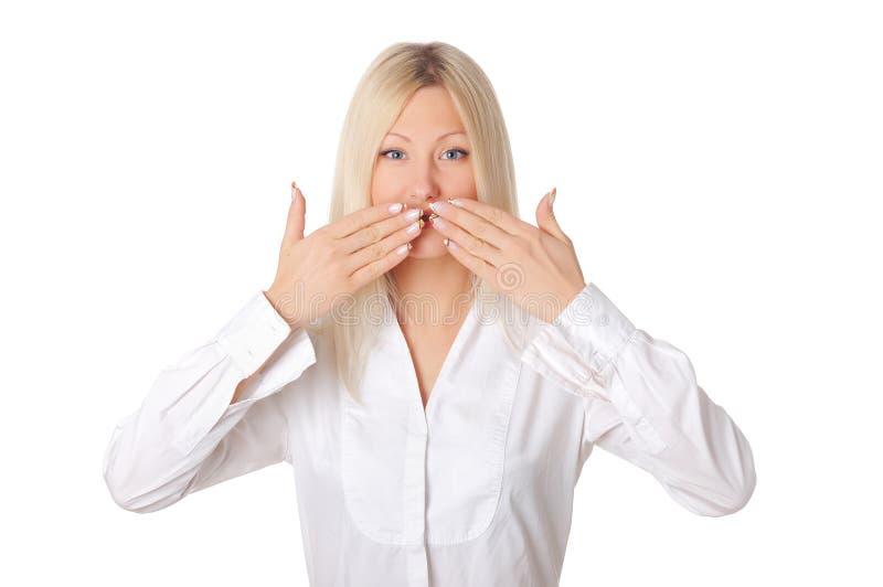 Giovane bionda sorridente in una camicia bianca immagine stock