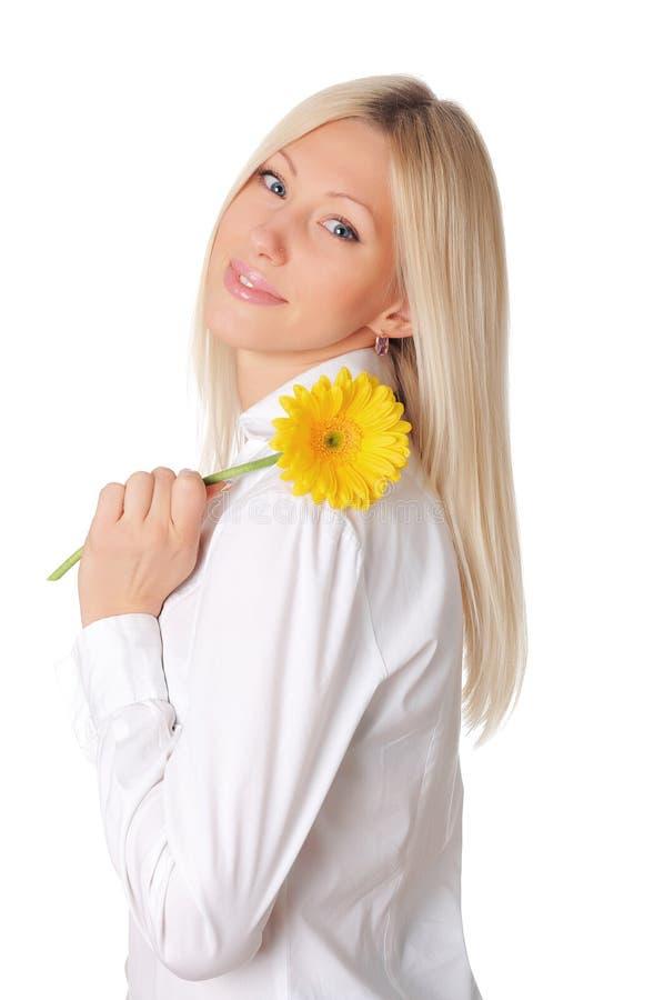 Giovane bionda sorridente in una camicia bianca fotografia stock