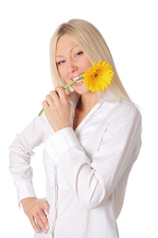 Giovane bionda sorridente in una camicia bianca fotografia stock libera da diritti
