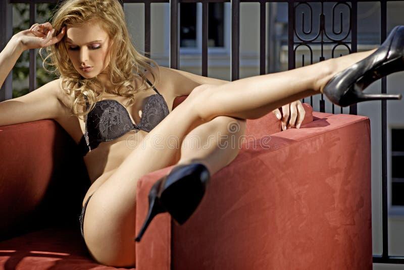 Giovane biondo sexy in biancheria sexy fotografia stock libera da diritti