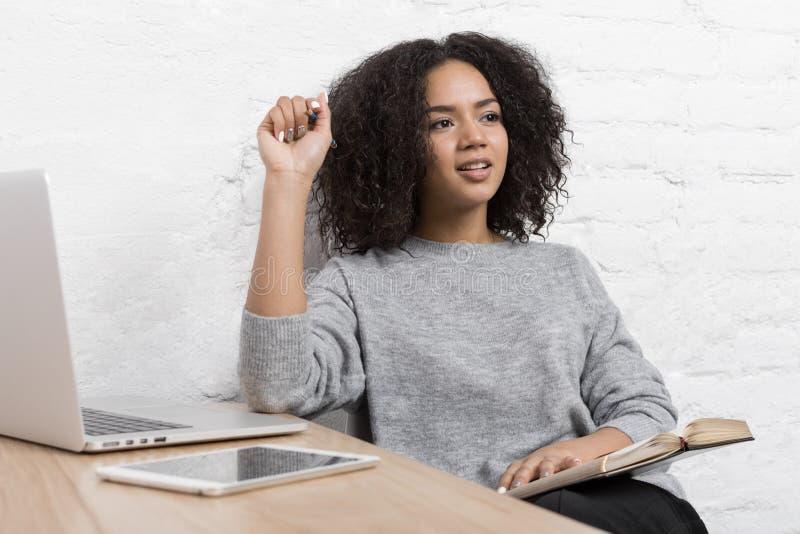 Giovane blogger femminile che pensa alle nuove idee immagine stock libera da diritti