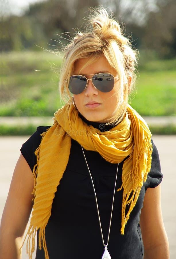 Giovane Blonde con gli occhiali da sole fotografia stock