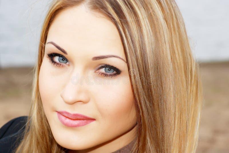 Giovane blonde con l'occhio azzurro fotografia stock