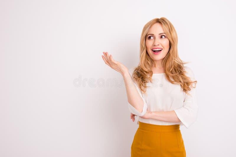Giovane bocca sveglia stupita e sguardo di apertura della donna di affari alla t fotografia stock