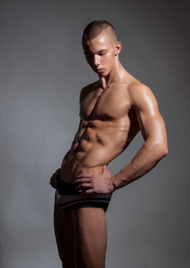 Giovane bodybuilder immagini stock libere da diritti