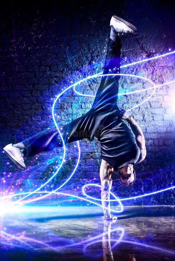 Giovane break-dance dell'uomo forte fotografia stock libera da diritti