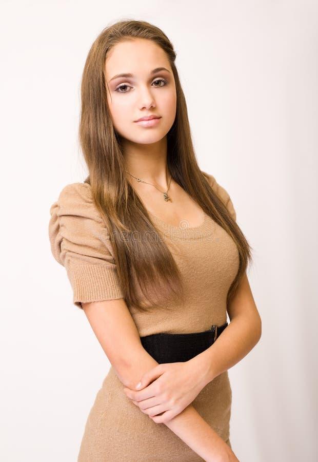 Giovane brunette alla moda splendido. immagine stock libera da diritti