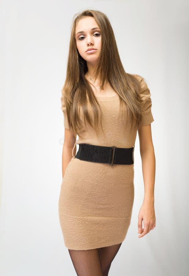 Giovane brunette alla moda splendido. fotografia stock