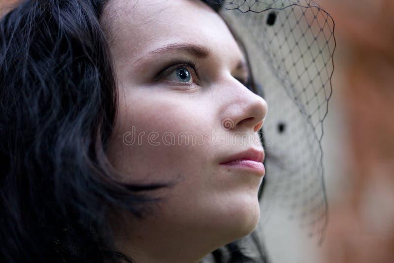 Giovane brunette gotico di stile fotografia stock