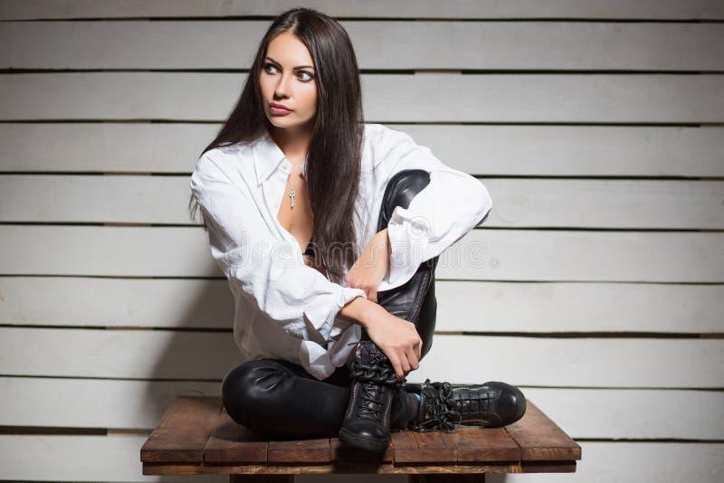 Giovane brunette premuroso fotografia stock