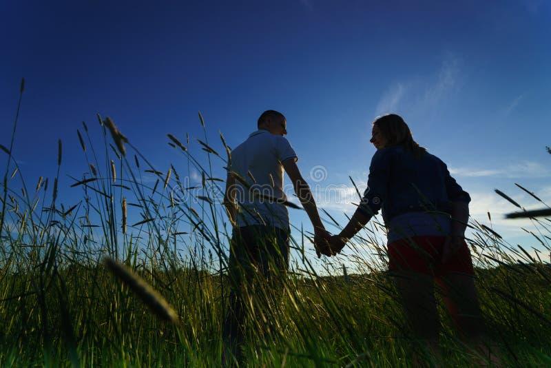 Giovane camminare delle coppie fotografia stock libera da diritti