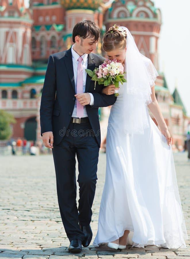 Giovane camminare delle coppie di cerimonia nuziale immagini stock libere da diritti