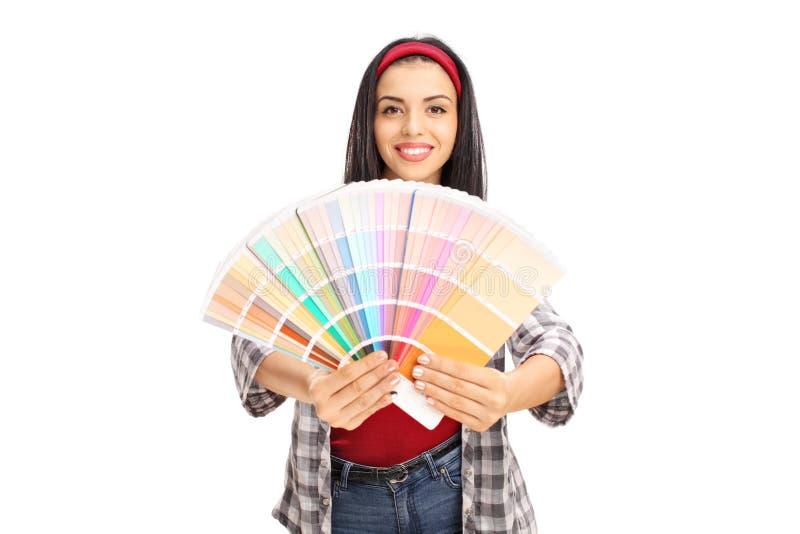 Giovane campione allegro di colore della tenuta della donna immagine stock