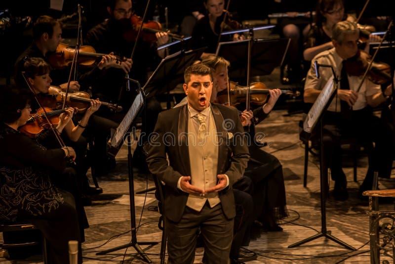 Giovane cantante di opera che esegue aria al teatro nazionale a Belgrado immagine stock libera da diritti