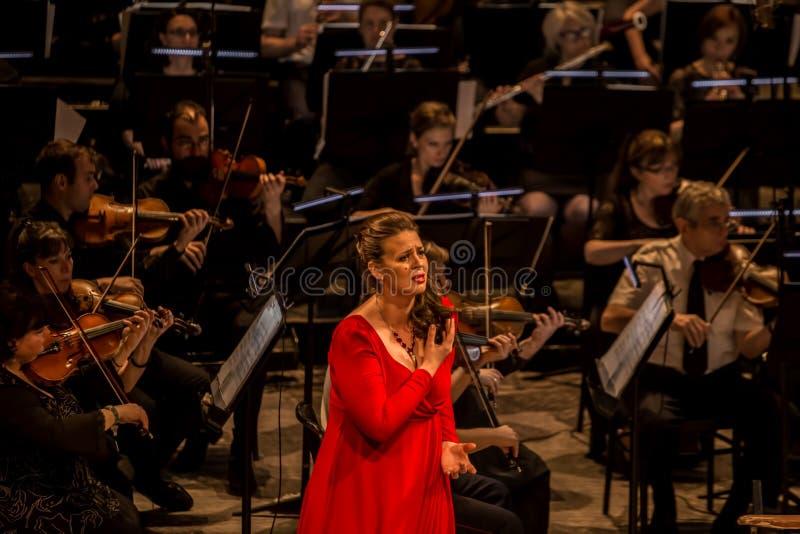 Giovane cantante di opera che esegue aria al teatro nazionale a Belgrado immagine stock