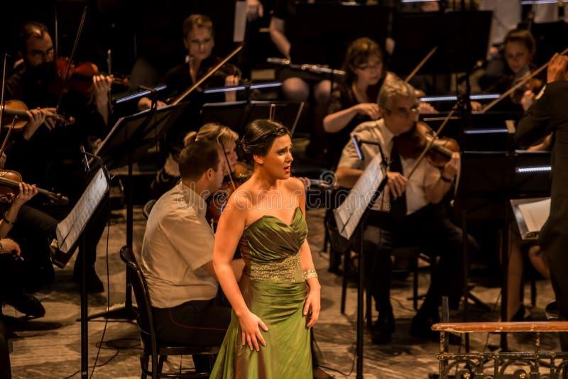 Giovane cantante di opera che esegue aria al teatro nazionale a Belgrado fotografia stock libera da diritti