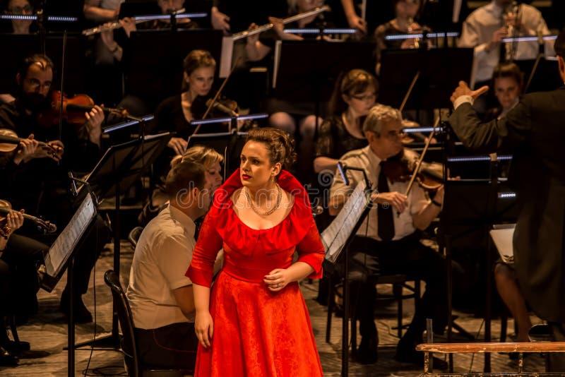 Giovane cantante di opera che esegue aria al teatro nazionale a Belgrado immagini stock libere da diritti