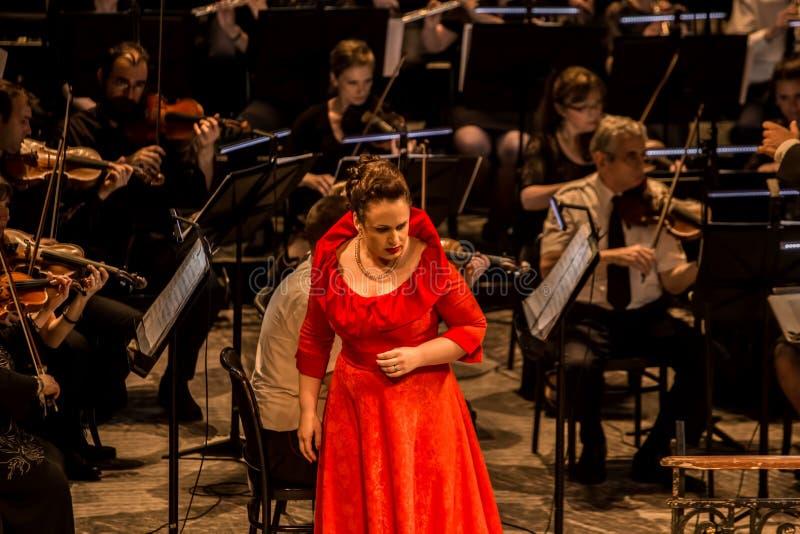 Giovane cantante di opera che esegue aria al teatro nazionale a Belgrado fotografie stock libere da diritti