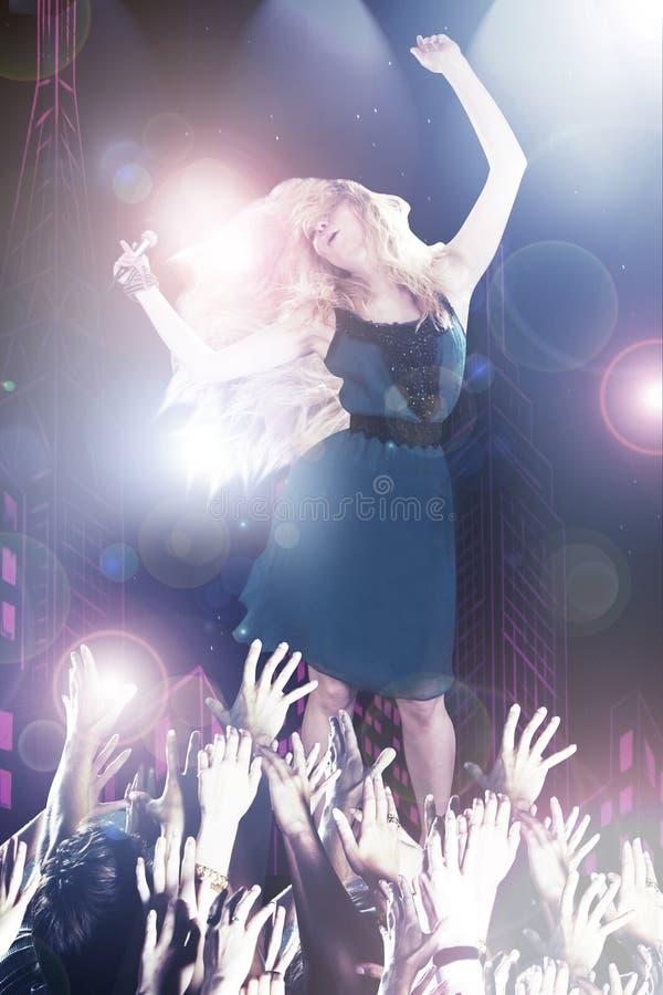 Giovane cantante sulla fase fotografia stock
