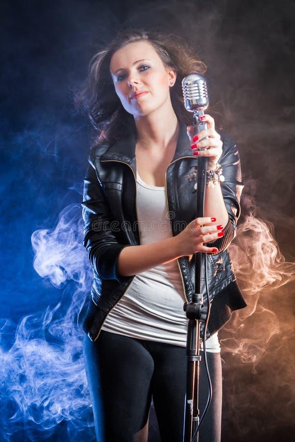 Giovane cantante sulla fase fotografia stock libera da diritti