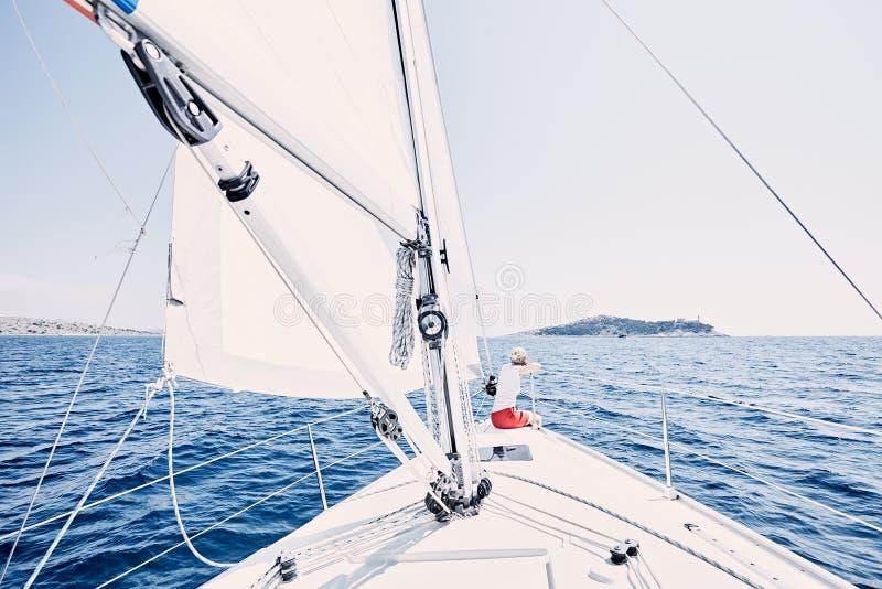 Giovane capitano della barca a vela fotografie stock
