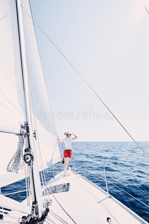 Giovane capitano della barca a vela fotografia stock libera da diritti
