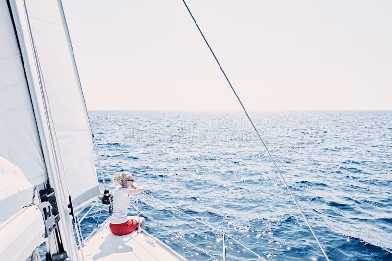 Giovane capitano della barca a vela immagini stock libere da diritti