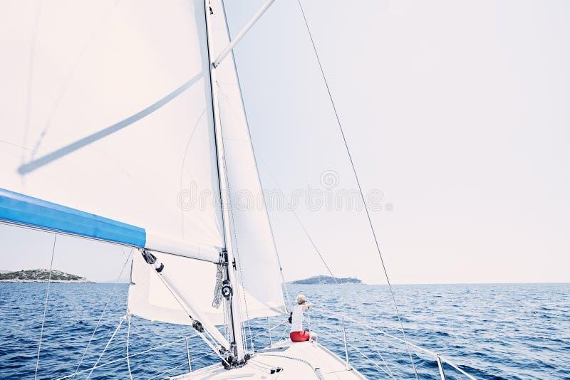 Giovane capitano della barca a vela immagine stock libera da diritti