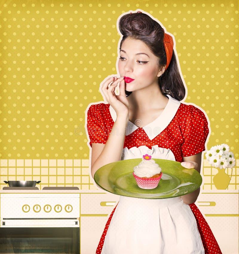 Giovane casalinga che tiene bigné dolce in sue mani Retro manifesto immagini stock
