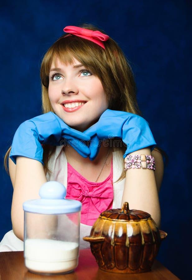 Giovane casalinga dalla tabella con gli articoli della cucina immagine stock immagine di - Articoli di cucina ...