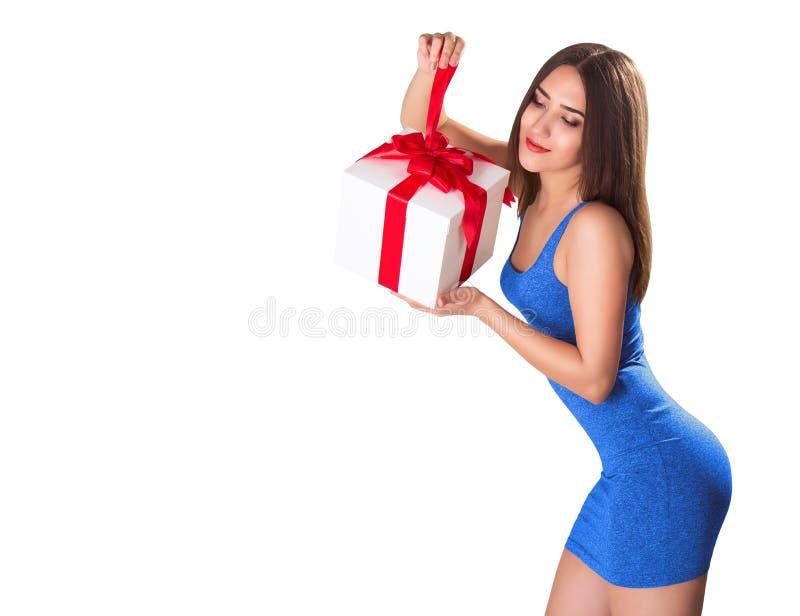 Giovane castana splendido con il contenitore di regalo, isolato su bianco fotografie stock
