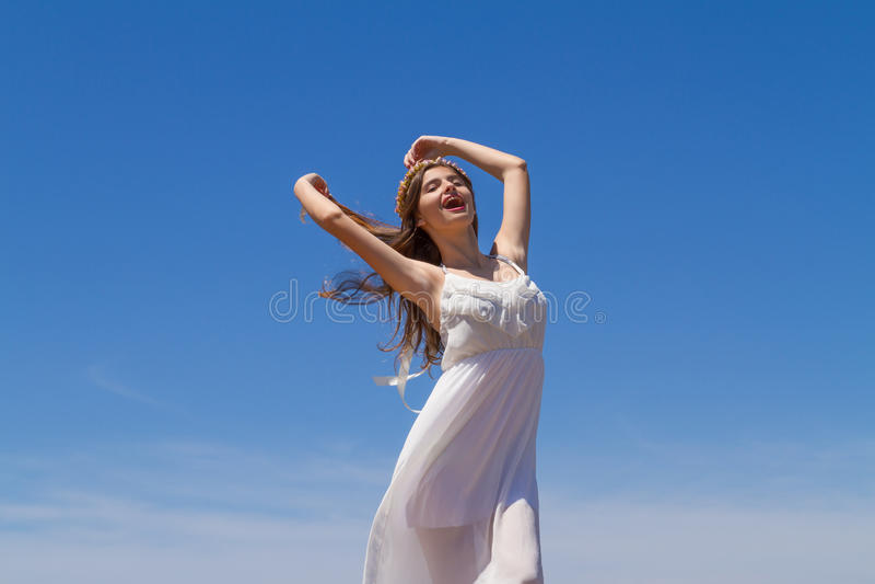 Giovane castana in vestito fragile bianco gode del fotografie stock libere da diritti