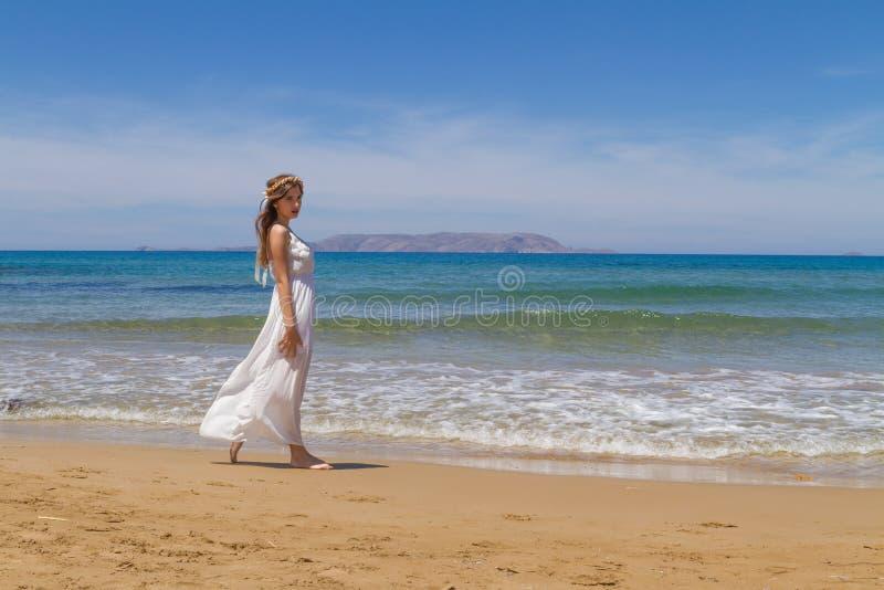 Giovane castana in vestito fragile bianco gode del fotografia stock