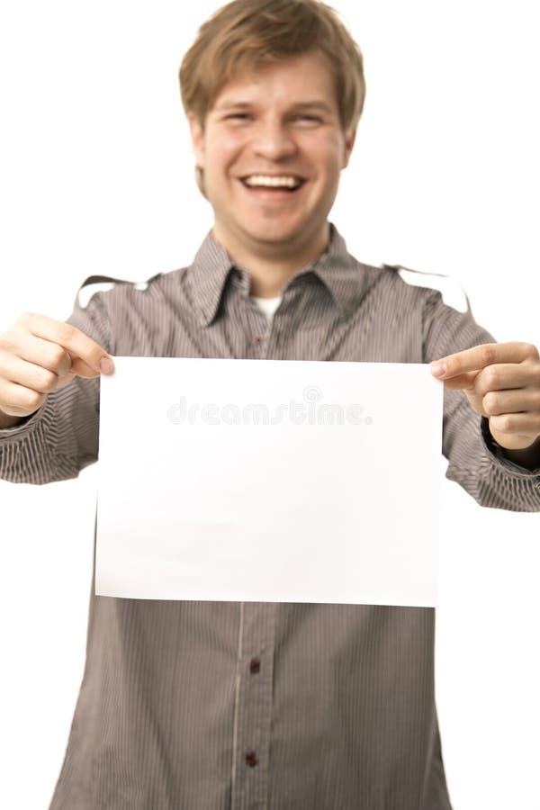 Giovane casuale che tiene strato in bianco fotografia stock