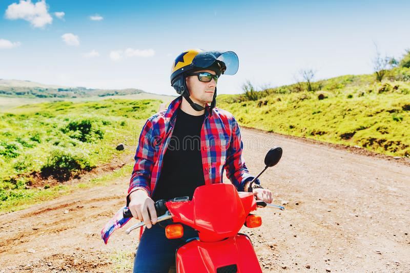 Giovane cavaliere dei pantaloni a vita bassa in casco che gode del viaggio immagine stock