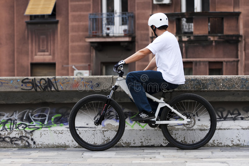 Giovane cavaliere maschio urbano 2 della bici immagini stock libere da diritti