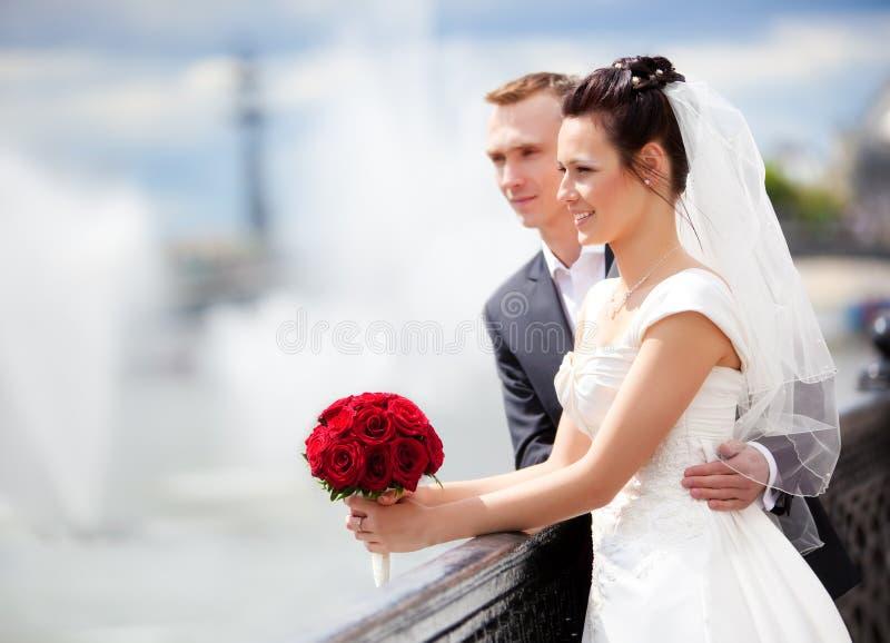 Giovane cerimonia nuziale delle coppie fotografie stock