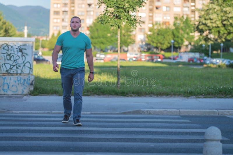 Giovane che cammina sul passaggio pedonale immagine stock libera da diritti