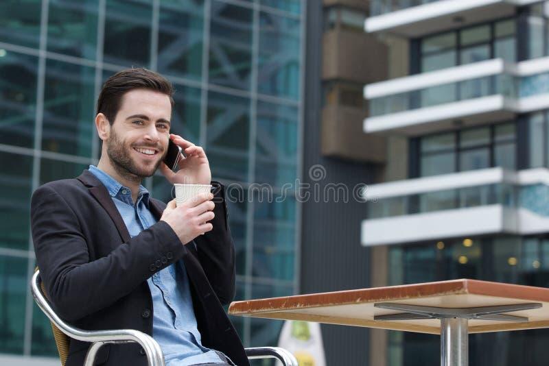 Giovane che chiama con il telefono cellulare immagini stock libere da diritti