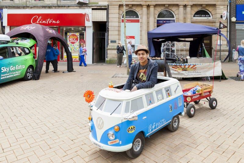 Giovane che conduce un camper miniatura di Volkswagen fotografie stock