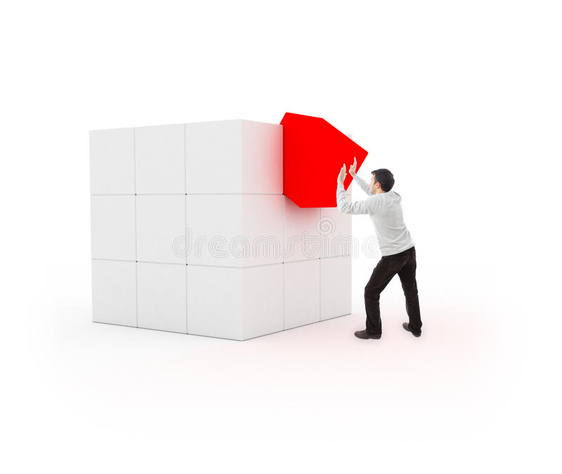 Giovane che dispone un cubo per completamento fotografie stock libere da diritti