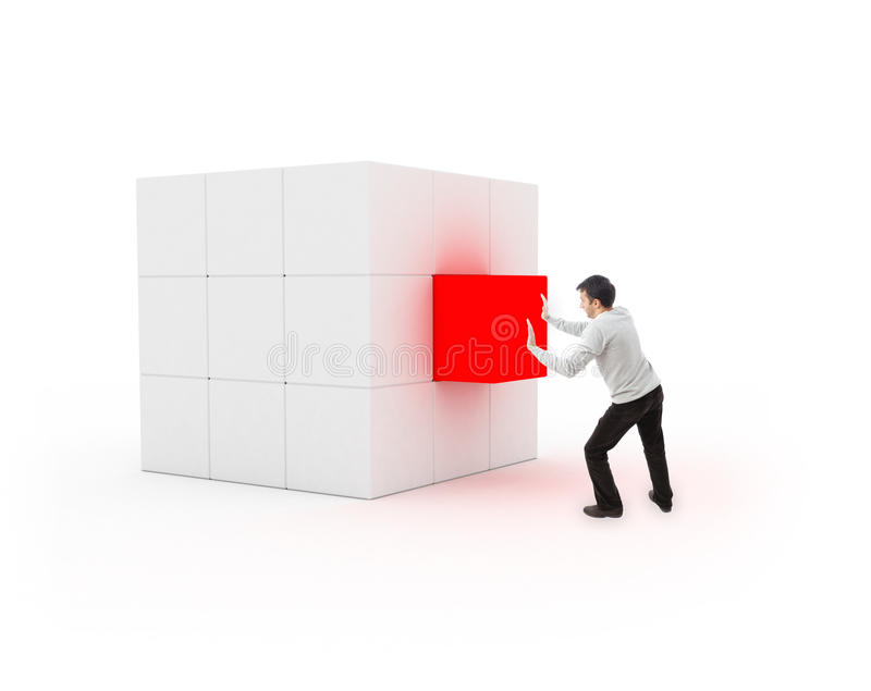 Giovane che dispone un cubo per completamento fotografia stock