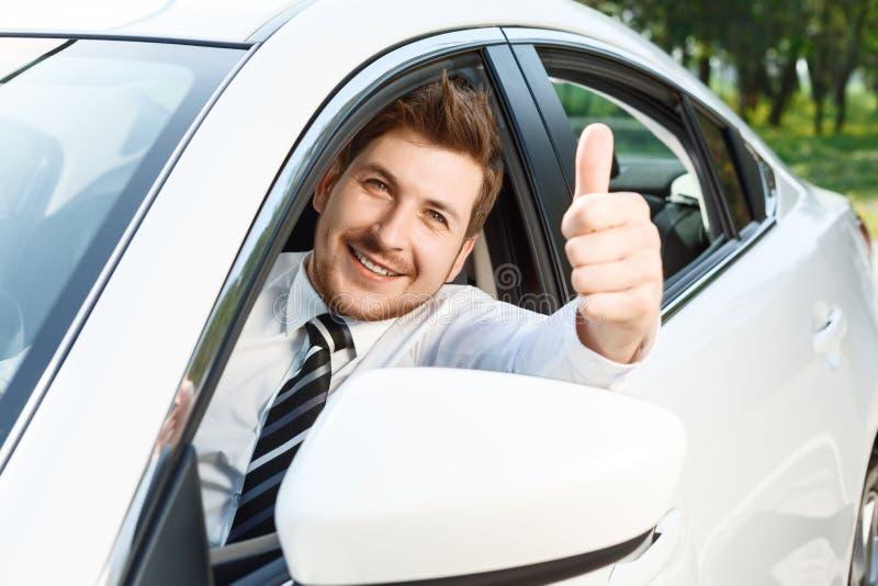 Download Giovane Che Fa I Pollici Su In Automobile Fotografia Stock - Immagine di automobilistico, riparazione: 55351020