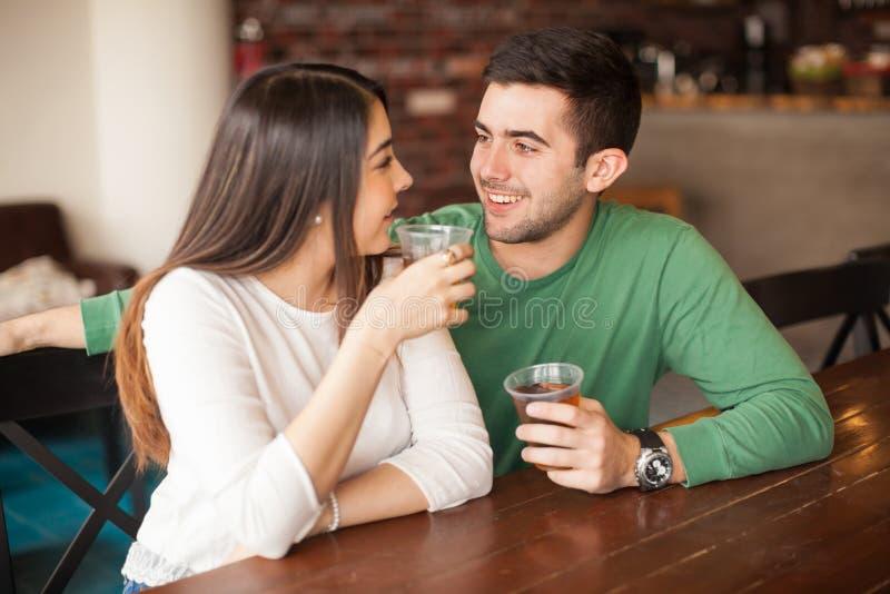 Giovane che flirta con una ragazza alla barra fotografia stock