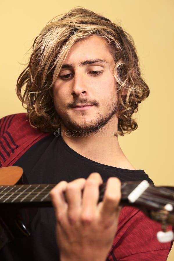 Giovane che gioca chitarra fotografia stock libera da diritti