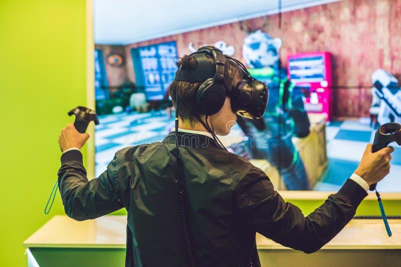 Giovane che gioca i vetri di realtà virtuale dei video giochi cheerful fotografie stock