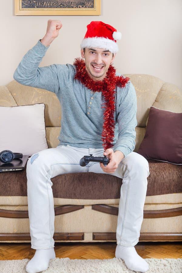 Giovane che gioca i video giochi con la leva di comando senza fili di Bluetooth immagine stock libera da diritti