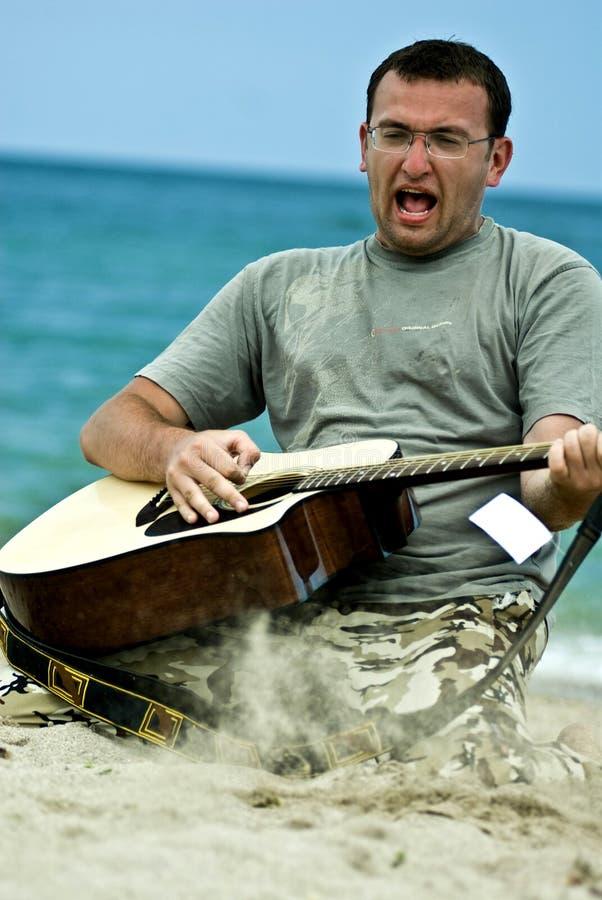 Giovane che gioca la chitarra immagine stock