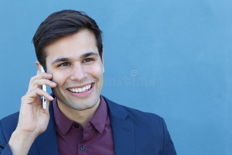 Giovane che gode della conversazione sul telefono fotografia stock libera da diritti