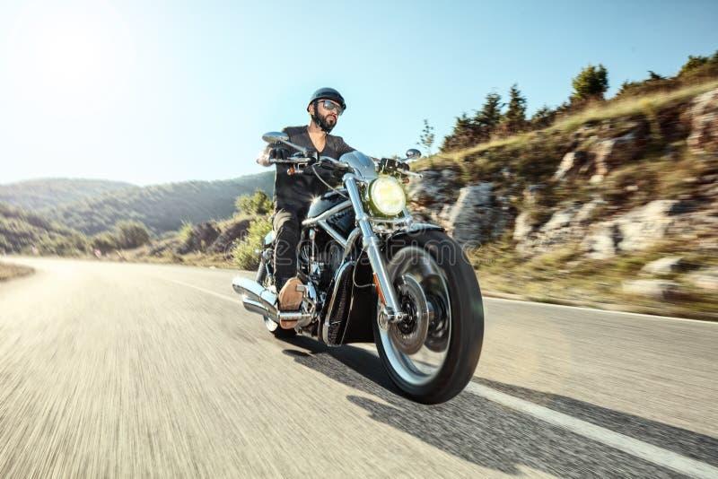 Giovane che guida una motocicletta immagini stock libere da diritti